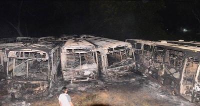 HOY / Se incendian 10 buses en una parada: el fuego se originó por quema de basura