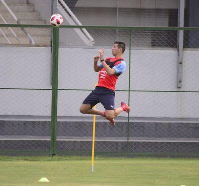 Víctor Cáceres acelera el regreso