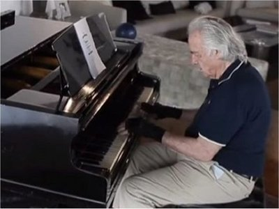 """Tras 21 años vuelve a tocar el piano gracias a guantes """"biónicos"""""""