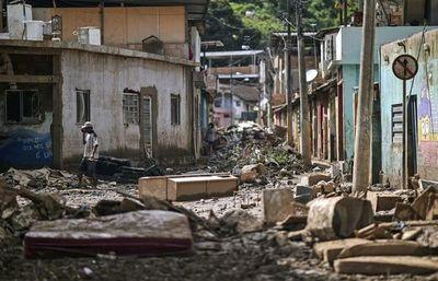 Las víctimas del temporal de Brasil despejan los escombros del desastre