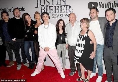 Justin Bieber asiste con su familia a la premiere de su nuevo documental-serie de YouTube