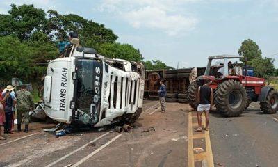 Camión vuelca sobre furgón y deja varios fallecidos