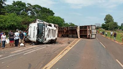 Vuelco de transportador de ganado deja cuatro fallecidos