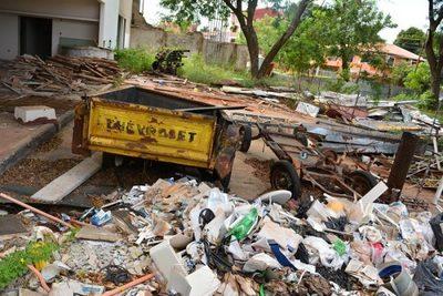 Basural en surtidor abandonado continúa a la vista de todos