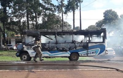 Bus de transporte publico arde en llamas en pleno servicio