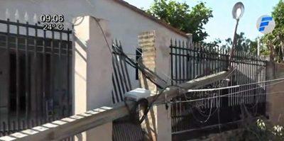 Columna caída le impide acceder a su casa
