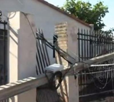 Columna cayó contra portón de su casa