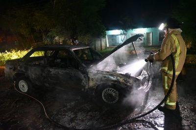 Ypacaraí: Vehículo arde por completo tras cortocircuito