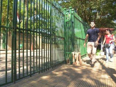 Funcionarios de la ANDE cerraron oficinas para defender sobresueldos