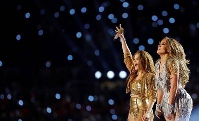 HOY / JLo y Shakira en el Super Bowl desatan polémica sobre migración y obscenidad