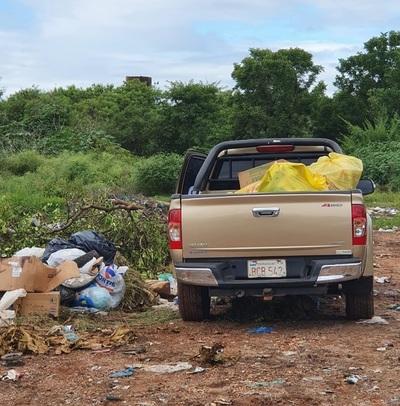 Dueño de camioneta que tiraba basuras en la via pública se expone a imputación