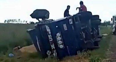 Vuelca camión por desperfecto en ruta