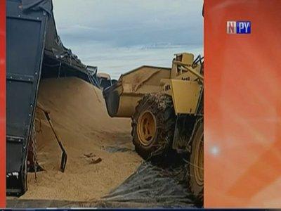 Camión transportador de arroz vuelca en Itapúa