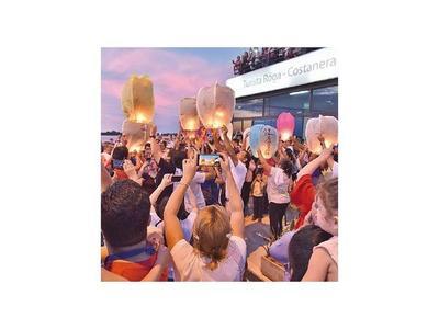 Cientos de faroles colorearon cielo en la Costanera asuncena