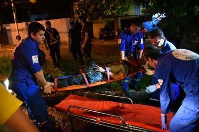 Bache causa la caída de dos motociclista sobre Félix Bogado