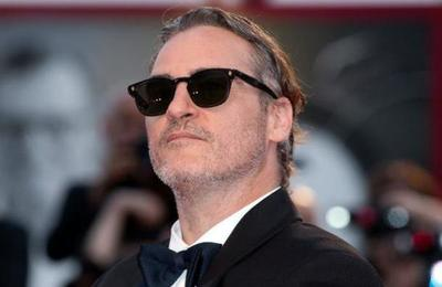 Comiendo una hamburguesa vegana en la calle: así celebró Joaquin Phoenix su premio Oscar