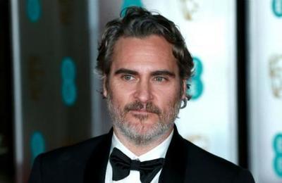Un emocionado Joaquin Phoenix recordó a su hermano muerto tras ganar el Oscar