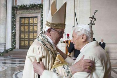 """Benedicto XVI alimenta la rivalidad entre """"dos papas"""""""
