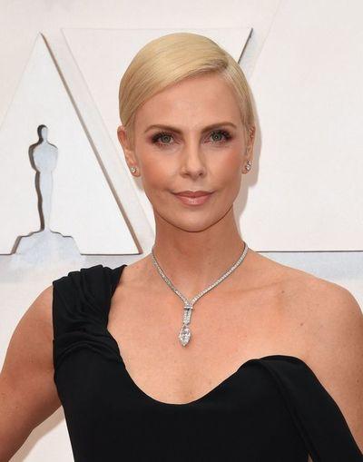 Charlize Theron lució un collar de 5 millones de dólares en los Óscar