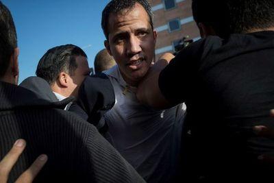 Guaidó es recibido con una paliza de oficialistas al aterrizar en Caracas
