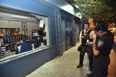 Adictos rompieron puerta de vidrio e intentaron robar tienda del centro
