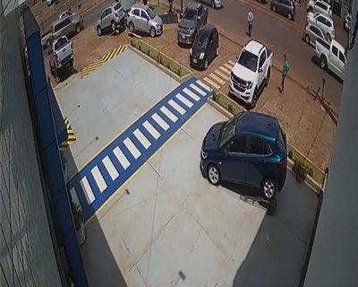 Hurtan dinero de camioneta estacionamiento