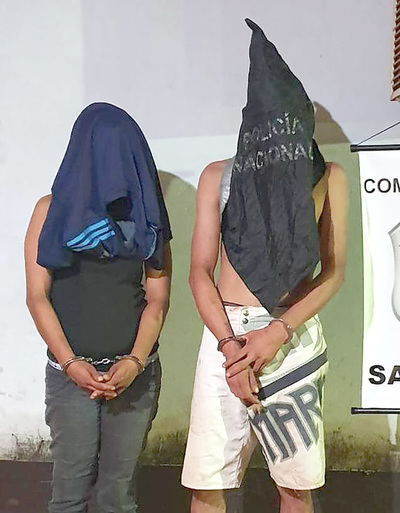 Vecinos persiguen y atrapa a pareja que intentó robar una moto de una vivienda