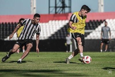 Alexander Mejía renovó su contrato con Libertad