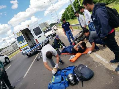 Motociclista sufre accidente cerca de la Conmebol •