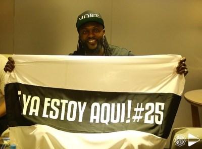 Emmanuel Adebayor arribó en la madrugada a Asunción