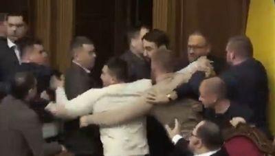 Video: Moquete en parlamento ucraniano
