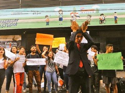 Estudiantes parodiaron a Petta frente al MEC
