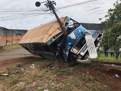 Bus perdió los frenos y choca contra una columna