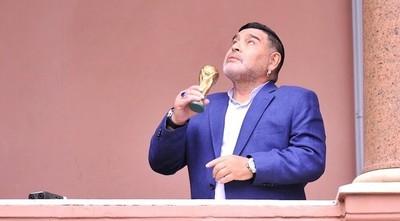 Con saco y en short, Diego Maradona en la Casa Rosada con el nuevo presidente