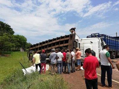 Violento choque entre camión y minibús deja varios fallecidos en San Pedro.