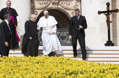 Papa pide a peluqueros no chismosear en sus lugares de trabajo
