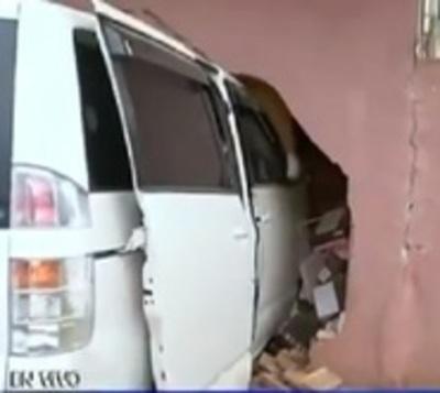 Conductora perdió el control y chocó contra una vivienda