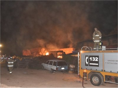 Incendio de gran magnitud consume una carpintería en Ypacaraí