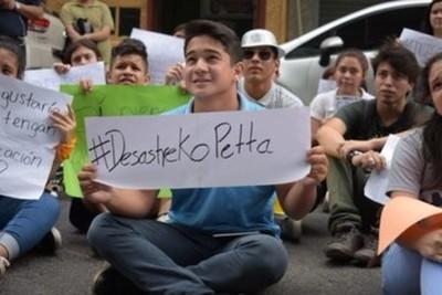 Con una protesta alegórica, estudiantes exigen salida de Petta