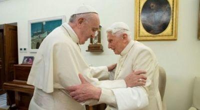 Benedicto XVI defiende el celibato y rechaza idea del papa Francisco
