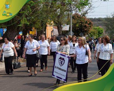 """Desfile estudiantil de alumnos y ex alumnos del Colegio Escuela N° 1080 """"Cristo Rey"""" de Caacupé"""