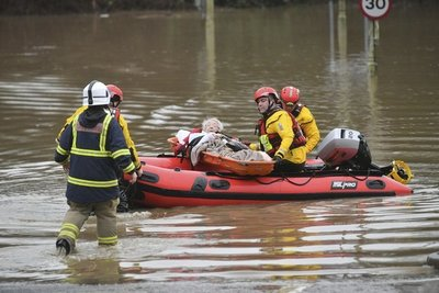 Una tormenta golpea a Gran Bretaña con crecidas y vendavales