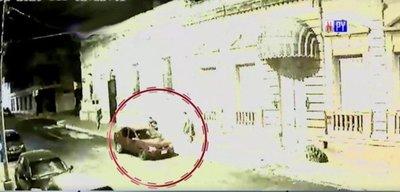 Así roban un auto en pleno centro de Asunción