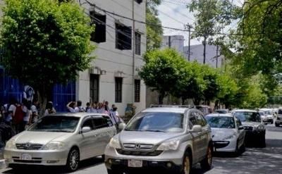 HOY / Caótico retorno a clases: multarán a los que estacionen en doble fila