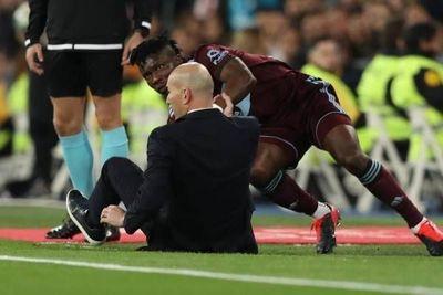 Video: Zidane no se salva de las patadas ni como DT