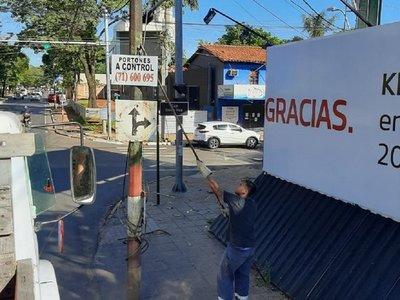 Retiran cartelería ilegal de la vía pública
