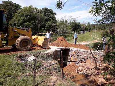 Reparan caminos en Eusebio Ayala