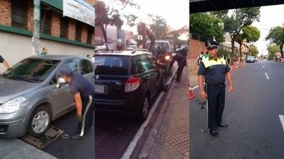 HOY / Llevan con grúa los autos frente al Colegio Cristo Rey: multa supera G. 1 millón