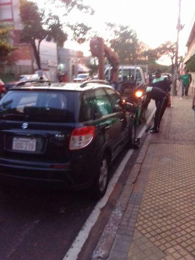 Policía de Tránsito multa a padres irresponsables frente a colegios