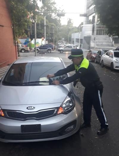 PMT lleva al corralón vehículos mal estacionados frente a instituciones educativas